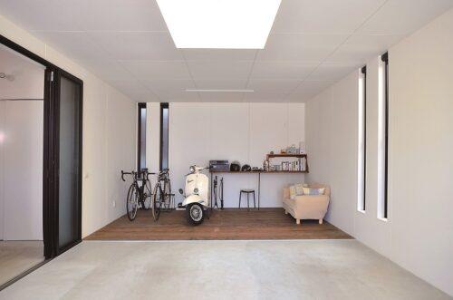 ひと部屋分の広さがある、ガレージ奥の趣味スペース。