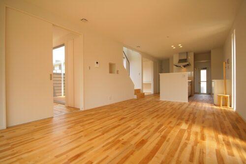 LDKの床は無垢のカバザクラ。