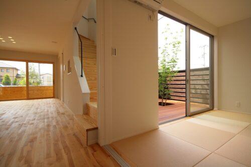 和室から眺める中庭は、ご家族だけのプライベートな空間。暖かな日差しと心地よい風をお家に取り込む。